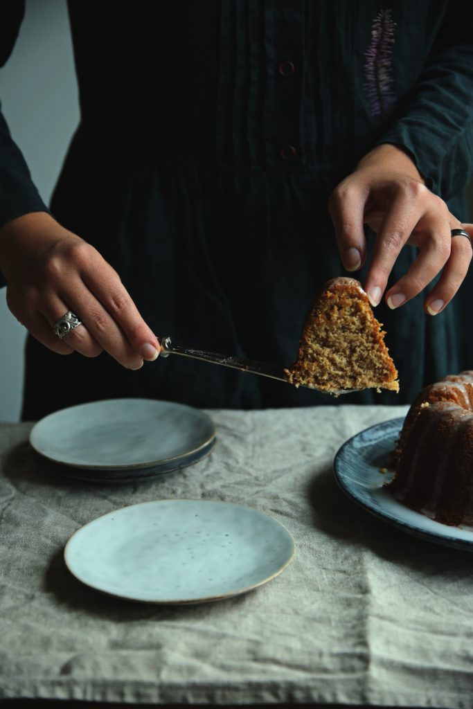Spiced bundt cake | Maustekakku | Ciambellone speziato | on Due fili d'erba | Two blades of grass | Recipe and styling by Thais FK | Linen towel by Son de Flor | Plate by Broste Copenhagen | Dress by Lisje Liholesje