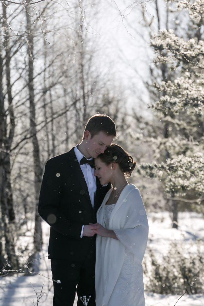 Hääkuvaus, Pariskuntakuvaus, Kihlakuvaus, Vuosipäiväkuvaus Oulu. Winter wedding photo session in Oulu, Finland | Thais FK