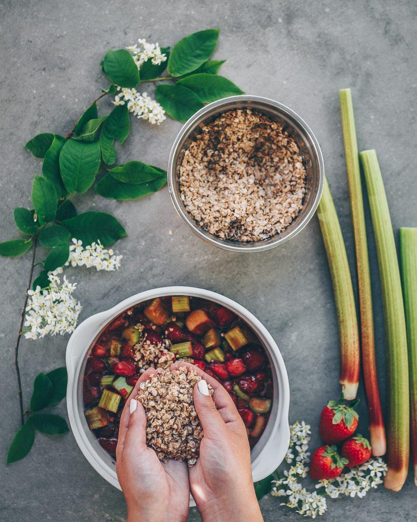 Thais FK Photographer Recipe Developer & Content Creator | Valokuvaaja Ruokataiteilija & Sisällöntuottaja Thais FK | Rhubarb Strawberry Rye Crumble | on Due fili d'erba | Two Blades of Grass | Photos, styling and recipe by Thais FK
